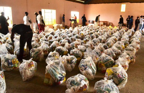 "Bo ""My friend"" donate food parcels in Meadowlands"